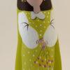 Avec ses fleurs et sa belle robe, le santon la petite fille se joint au cortege