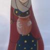 Apportant son eau fraiche en guise de present, le santon la porteuse d'eau arrive dans la creche en galets !