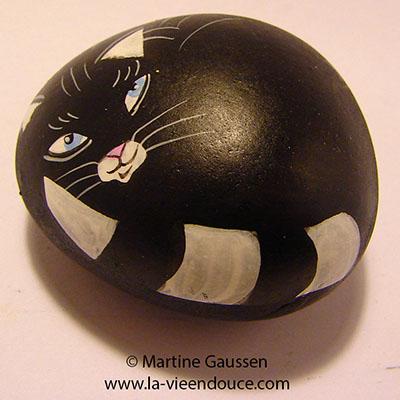 le santon le chat dans les galets peints de la Vie en Douce