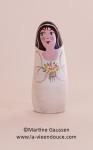 Portant son beau bouquet de fleurs le santon original La Mariée accompagne le santon galet le Mariée !