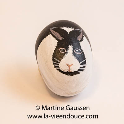 le santon lapin dans la crèche en galets de Martine Gaussen